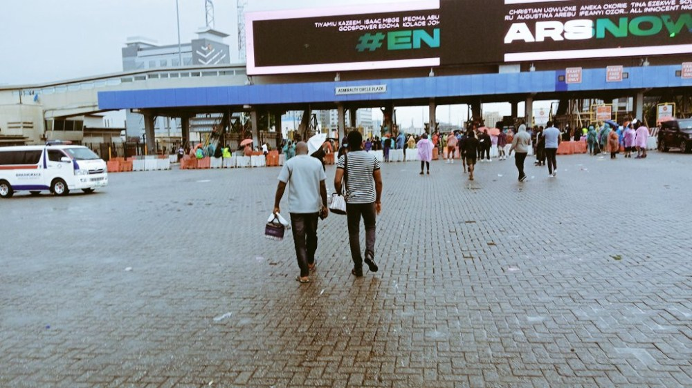 Lekki residents defy heavy downpour as they continue #EndSARS protest (photos/videos)