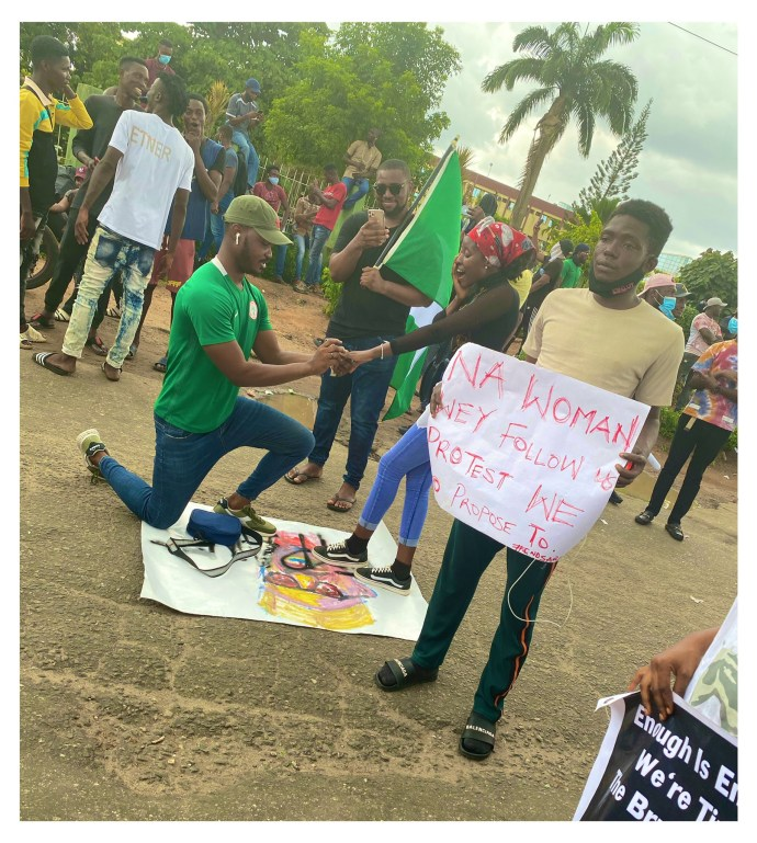 5f86fa461ac1e Nigerian man proposes to his girlfriend at #EndSARS protest in Lagos (photos)