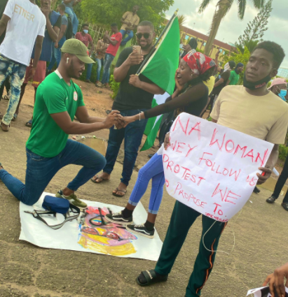 5f86fa936ba0b Nigerian man proposes to his girlfriend at #EndSARS protest in Lagos (photos)