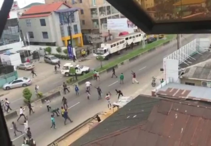 RRS officers run for their lives after thugs attacked their van in Lagos (videos)