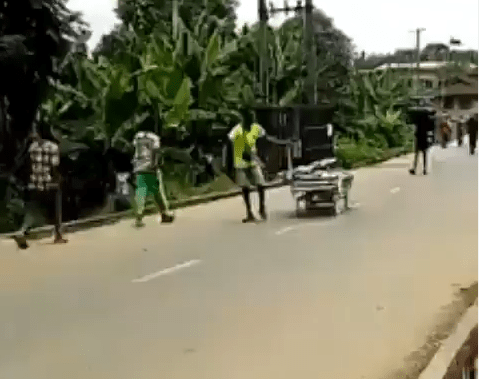 One of the suspected looters of the Psychiatric hospital in Calabar seen dragging a hospital bed (video)