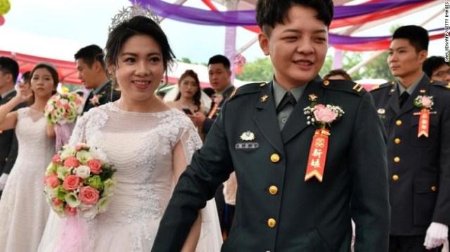 Deux femmes deviennent les premiers officiers militaires à avoir un mariage homosexuel à Taïwan (photos)
