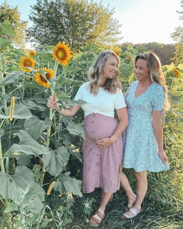 Maman, 51 ans, porte et met au monde sa propre petite-fille pour aider sa fille