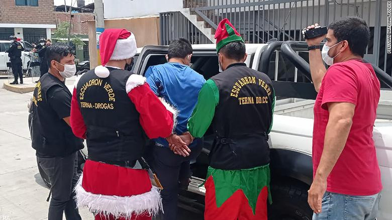 Moment two undercover?police officers?dressed as Santa Claus?and Elf make drug bust to arrest an alleged trafficker?(video)
