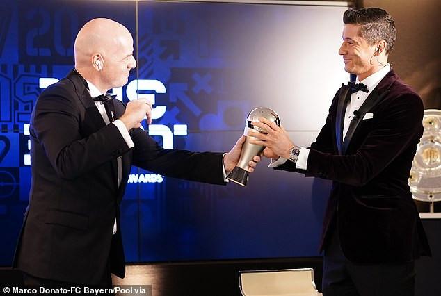 Robert Lewandowski bat Lionel Messi et Cristiano Ronaldo pour remporter le prix du meilleur joueur de la FIFA
