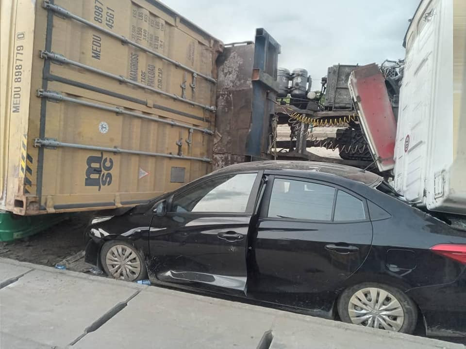 No life lost after 40-feet tanker fell off trailer and landed on top of several cars at Barracks bustop in Lagos (photos)