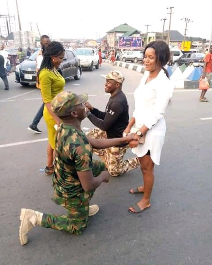 Two Nigerian soldiers propose to their girlfriends on the street in Delta (photos)
