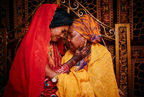 Touching photos of a Nigerian mother crying during her only child