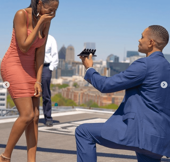 Man proposes to his girlfriend with 5 different diamond rings