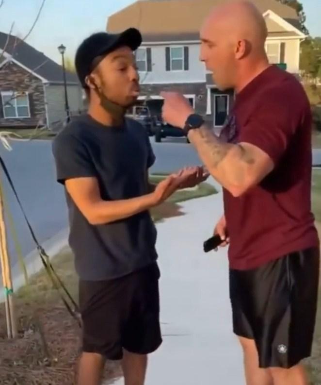 « Tu n'es pas au bon endroit » : un noir harcelé par une famille blanche pour s'être promené dans son quartier (vidéo)