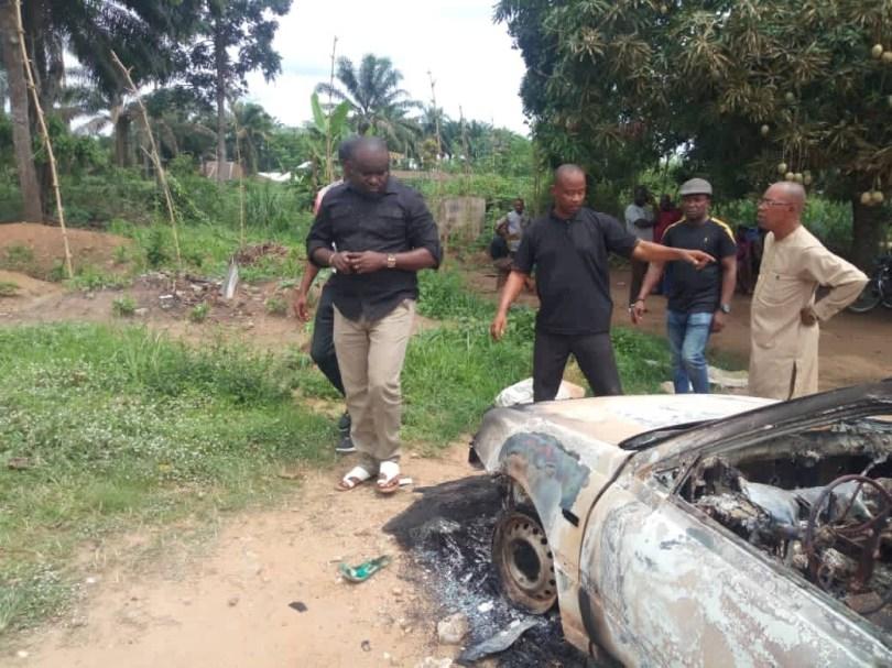 Gunmen kill two policemen and burn five police vehicles in Akwa Ibom (photos)
