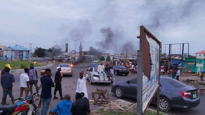 Youths and suspected Yahoo boys stage protest in Osogbo, accuse EFCC officials of extortion (photos/video)