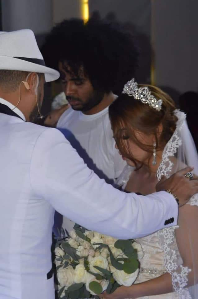Dominican singer goes viral as he weds in T-shirt and ripped jeans while keeping a straight face (photos)