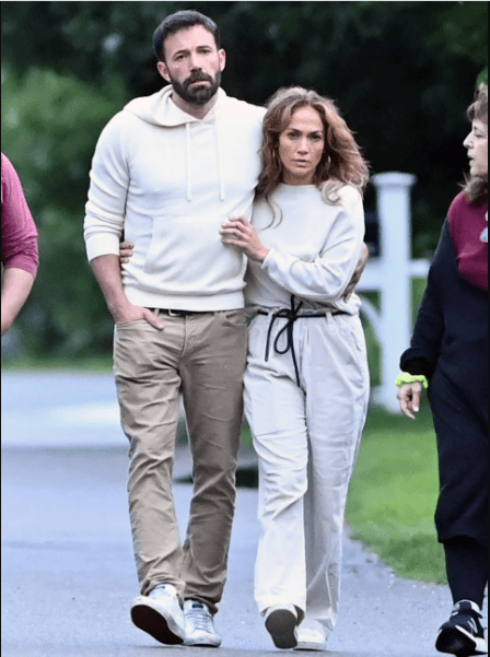 Jennifer Lopez and Ben Affleck pack on the PDA as they arrive in the Hamptons (photos)