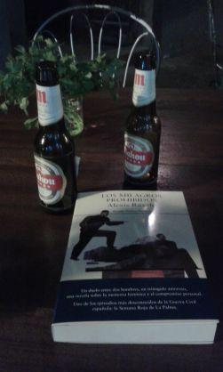 Sonia Santana llevándose el libro de paseo por Vegueta, entre vinos y cervezas.