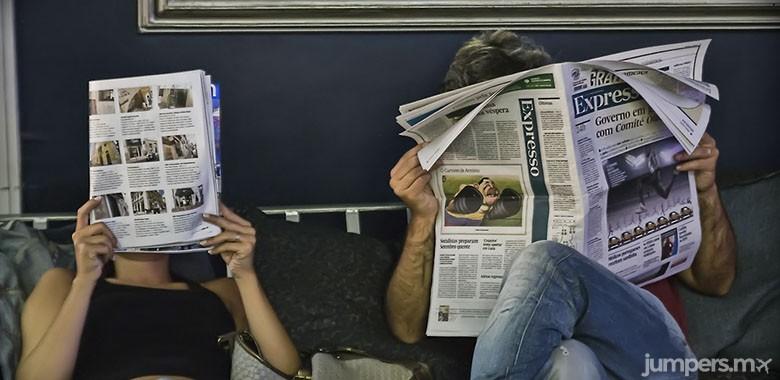 leer periodico o revista-jumpers