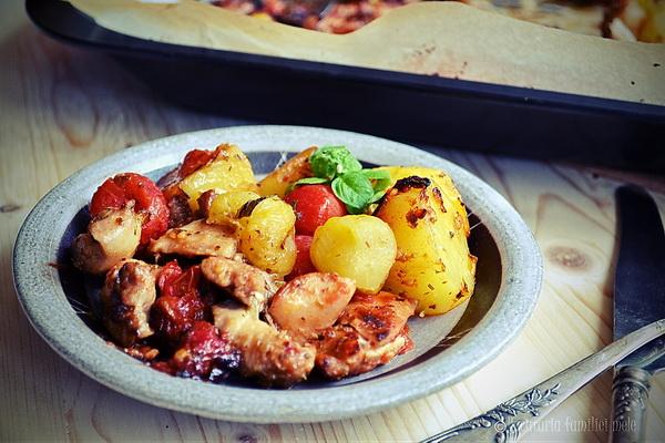 Pulpe de pui crocante și lipicioase, cu cartofi și roșii