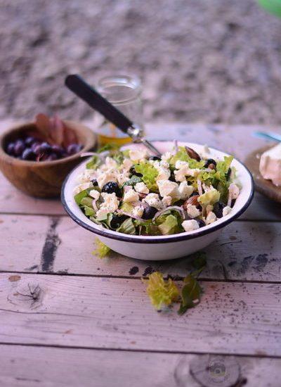 Salată cu afine, brânză feta și semințe de mac