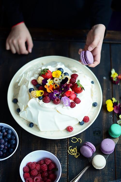 Pavlova cu crema de mascarpone si fructe -Bucataria familiei mele - Alex Juncu