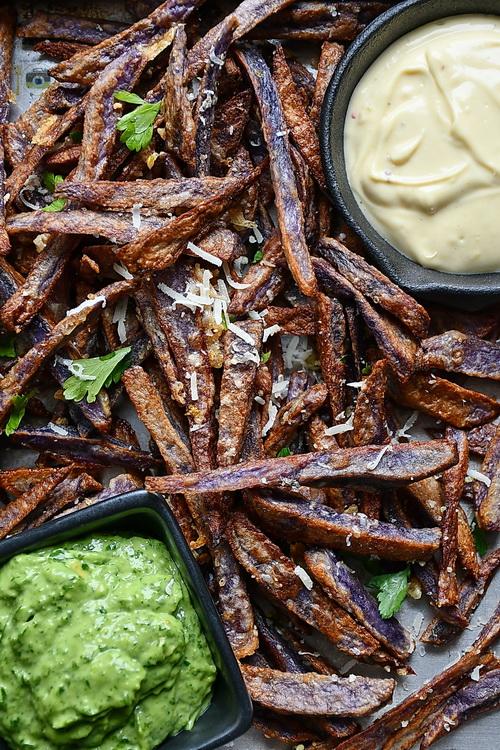 Cartofi mov prăjiți cu parmezan si usturoi, serviti cu chimichurri si aioli - Bucătăria familiei mele - alexjuncu.ro
