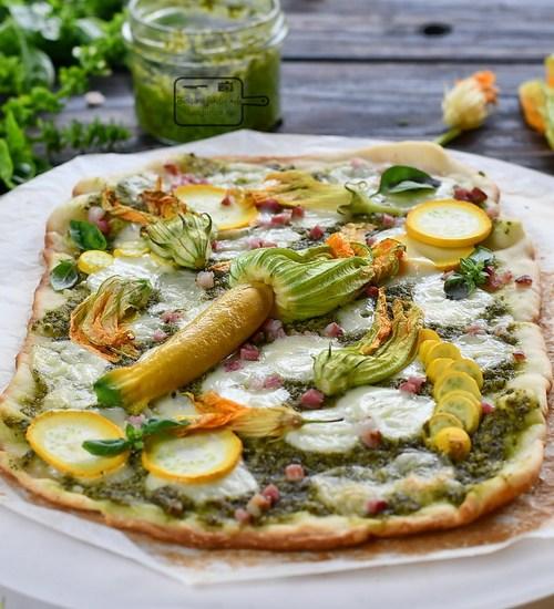 Pizza cu pesto si flori de dovlecel