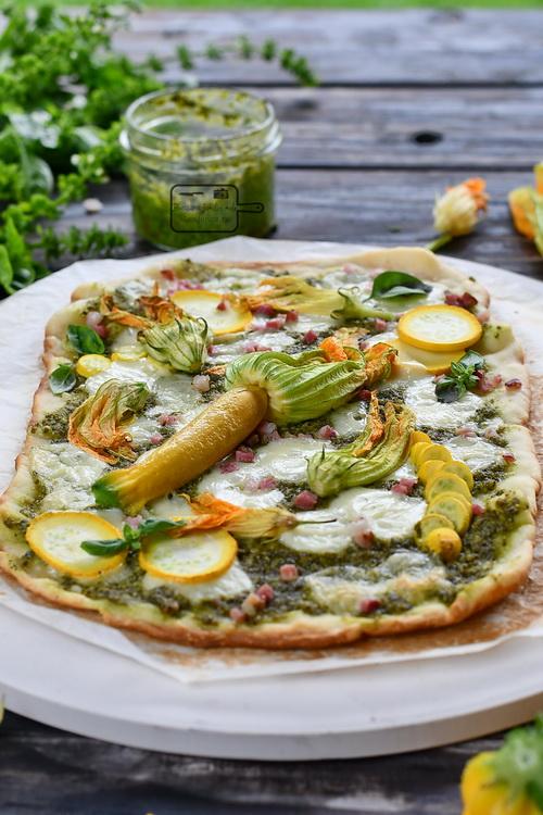 Pizza cu pesto și flori de dovlecel - Bucătăria familiei melele- alexjuncu.ro