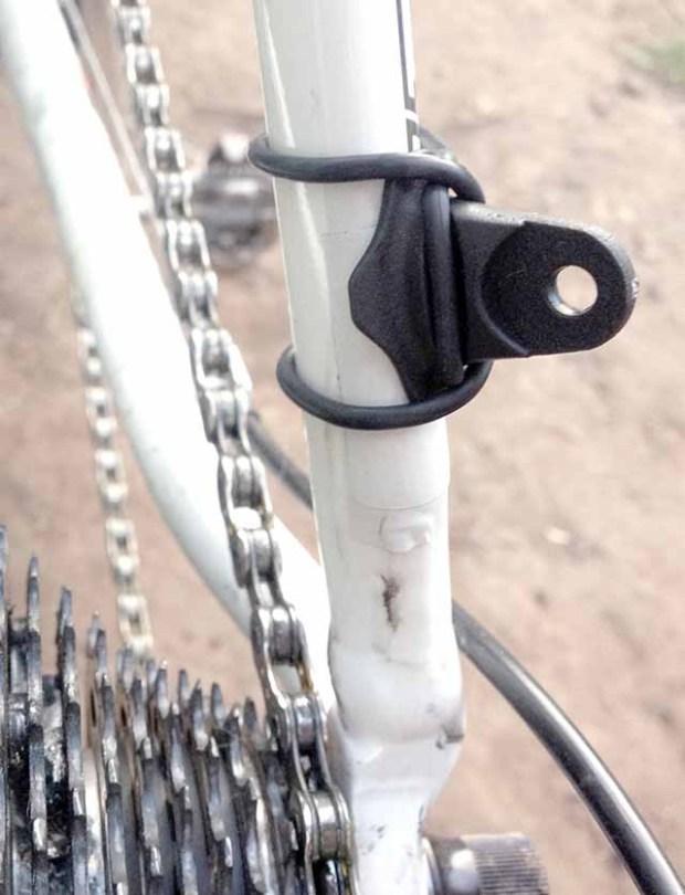 Для установки крыльев Crud Roadracer mk2 на задние перья крепим хомуты для усов