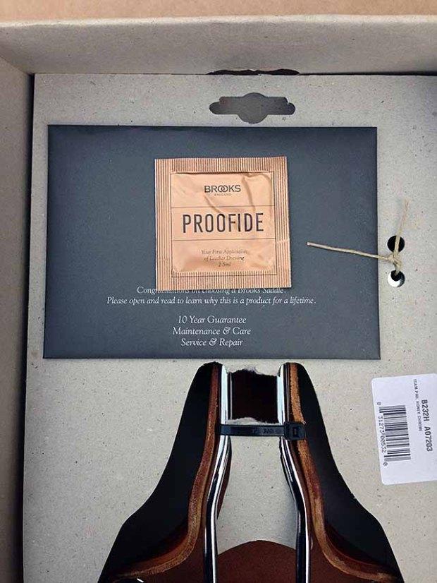 С обратной стороны прикреплен пакет с инструкцией и смазкой для обработки седла
