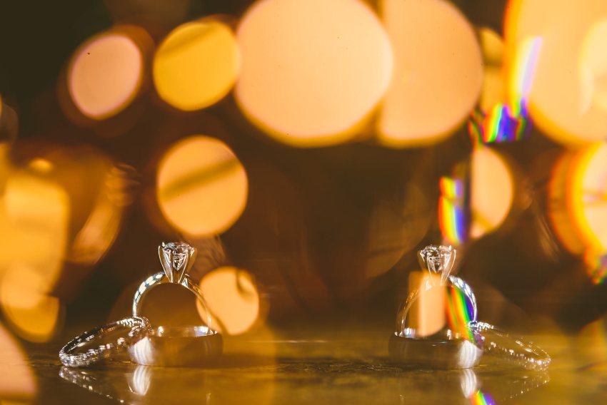 creative reflection wedding ring photo