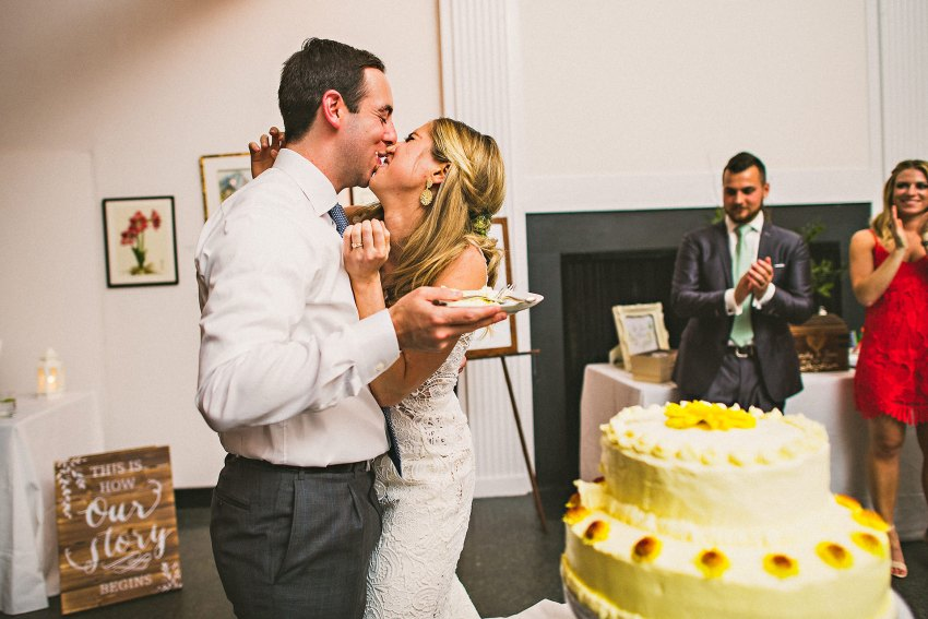 New York wedding cake cutting kiss