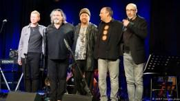 Finalbild nach der Zu-Zugabe: Oliver Hahn, Jerry Marotta, Flav Martin, Alex Sebastian, Michele Vitulli