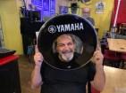 Schnell noch ein Loch ins Schlagzeug geschnitten.