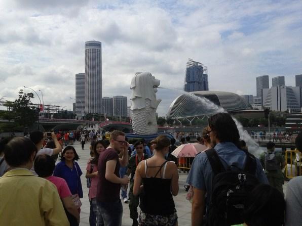 Our group next to the Merlion - a creature with a lion's head and a fish's body - the national symbol of Singapore. Наша группа рядом с Мерлайоном - мифическим существом с головой льва и телом рыбы - национальным символом Сингапура.