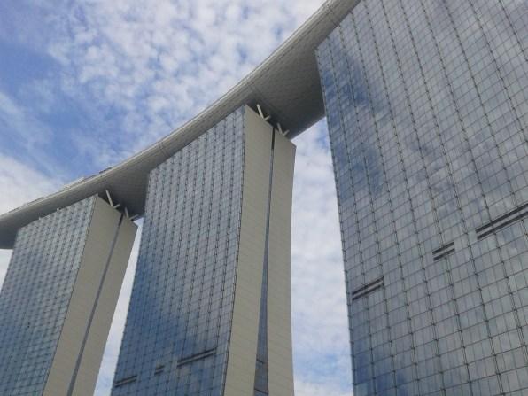 A closer look at the Marina Bay Sands. Feels like it's reaching for the sky. Отель Марина Бэй Сэндс - вид снизу. Создается впечатление, что отель стремится ввысь.