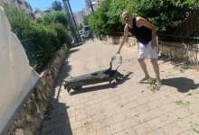 الفنان الإسرائيلي يشاي ليفي بجانب الصاروخ الذي سقط بفناء منزله جنوب تل أبيب