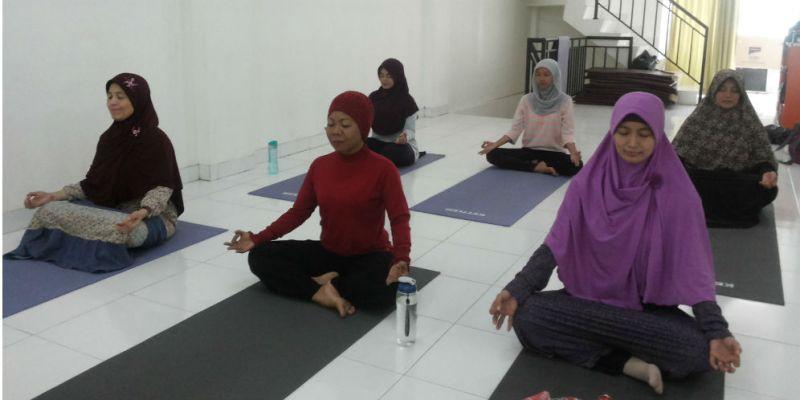 olahraga rumahan, olahraga yoga, yoga, sehat bugar, olahraga lentur, olahraga pagi hari, muslimah yoga, muslimah latihan kesabaran dengan yoga, hidup sehat