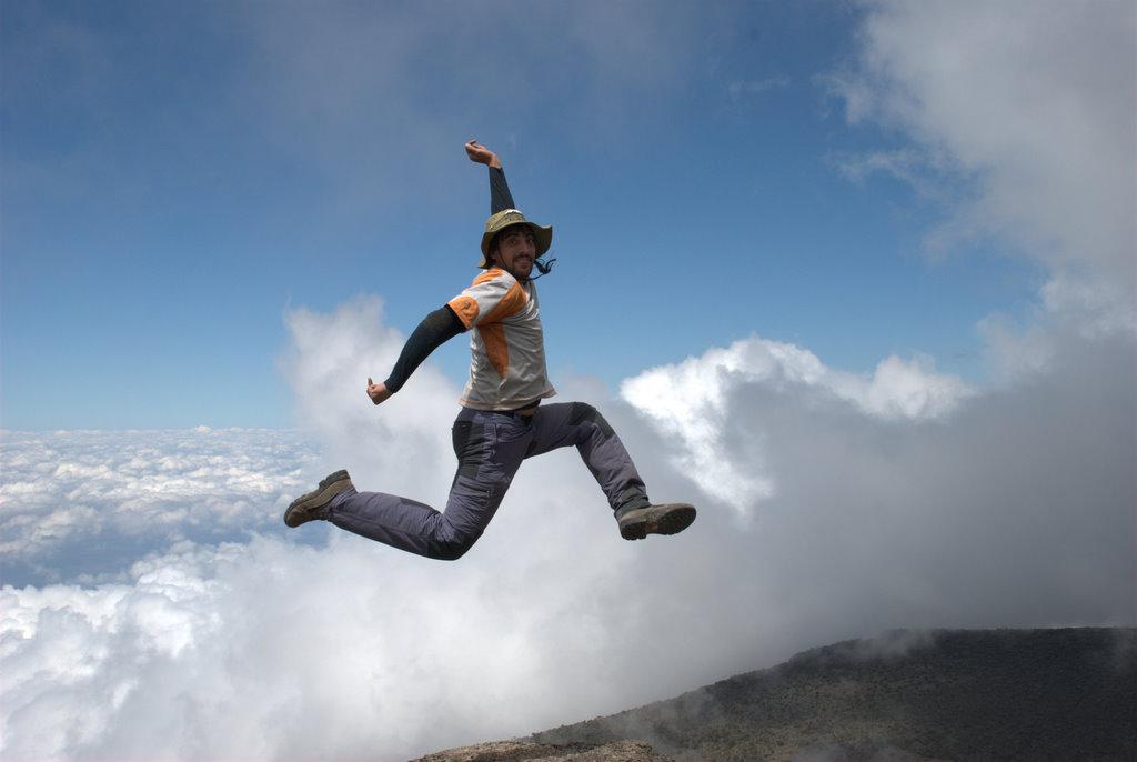 Saltando en el camino hacia la cumbre del Kilimanjaro