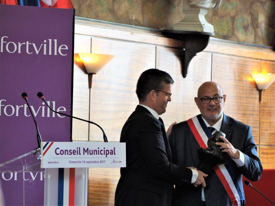 Luc Carvounas remet son écharpe de Maire à Michel Gerchinovitz et la Marianne de la République