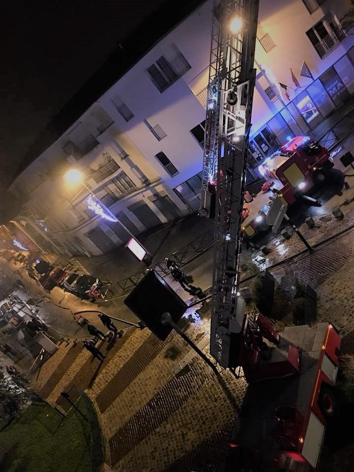 Intervention des Sapeurs Pompiers dans l'incendie d'un appartement à Alfortville