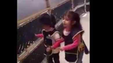 Photo of Niña invidente enseña a usar bastón guía a su mejor amiga