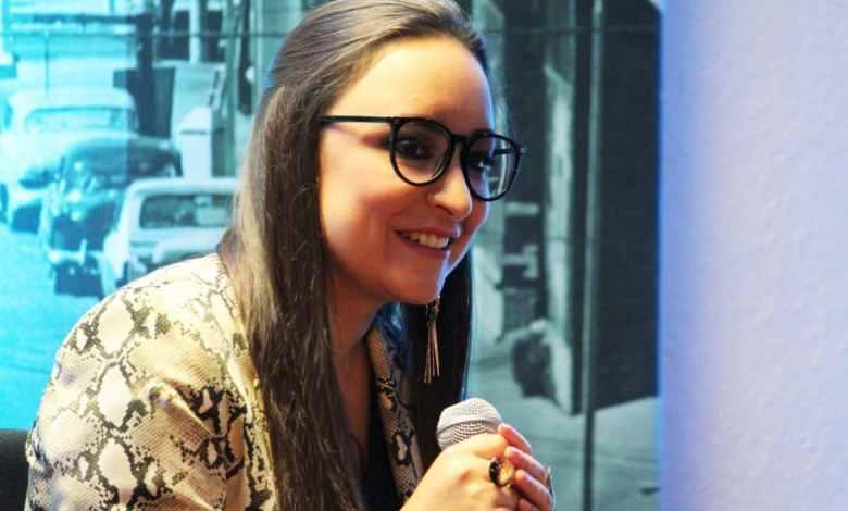 Poeta Valeria gana permio Nacional de poesía Tijuana