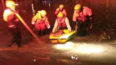 Photo of Familia atrapada por inundación es rescatada por Bomberos
