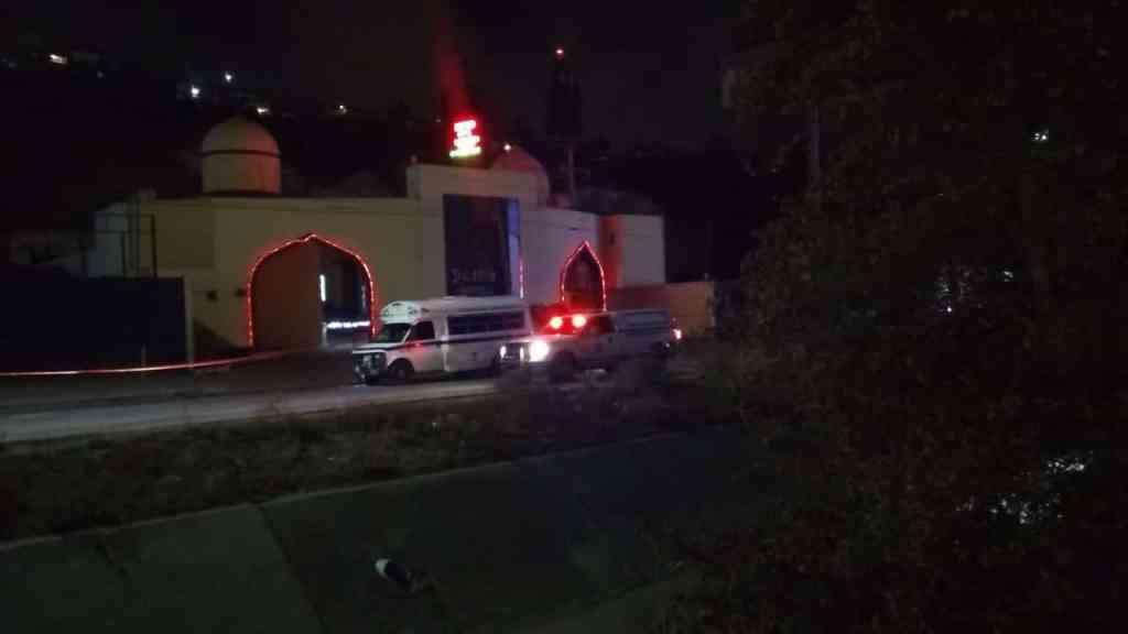 Auto embiste a motociclista contra otro vehículo y lo mata