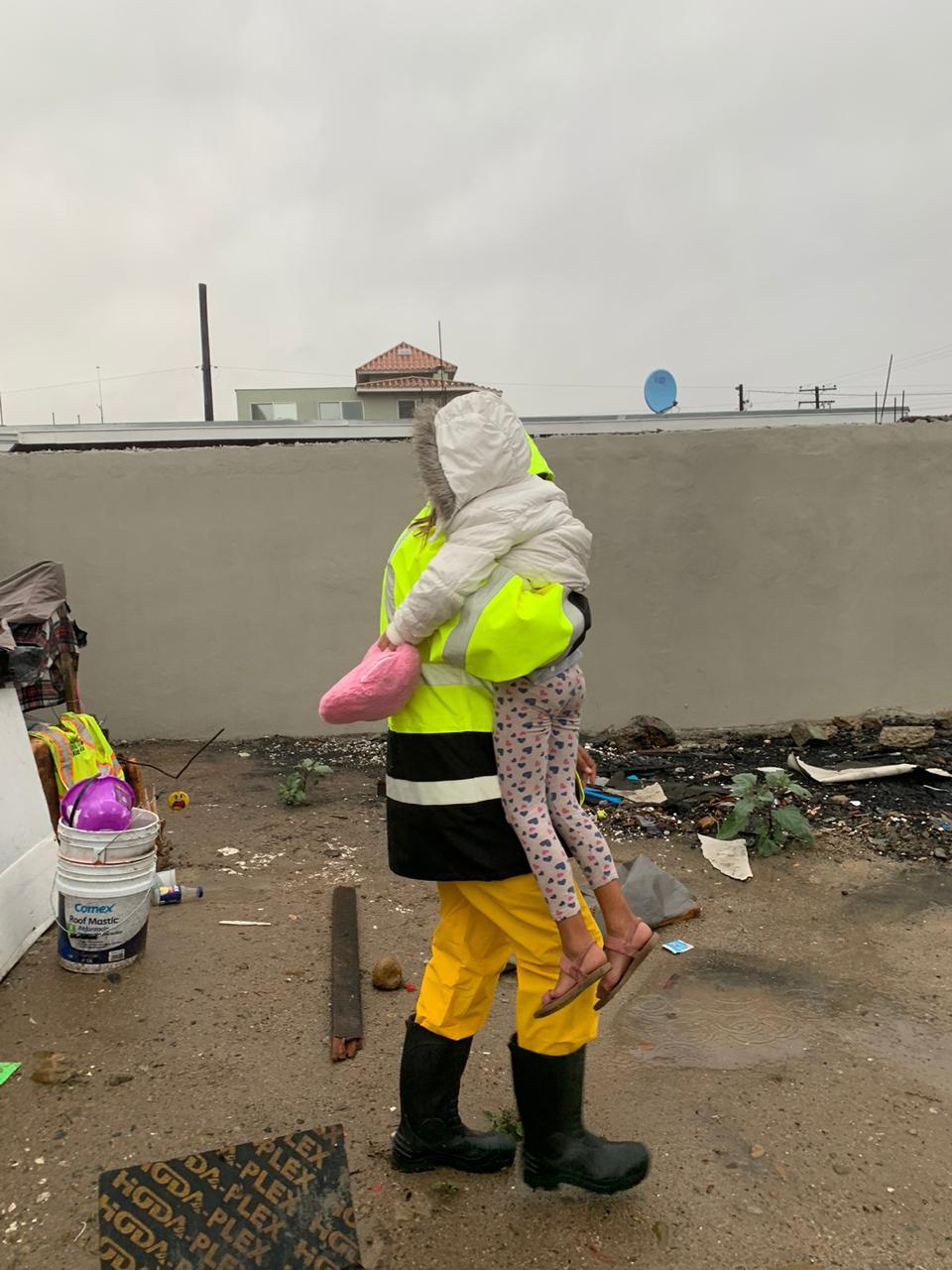 Niña y mujer en condición de calle son rescatadas de las lluvias