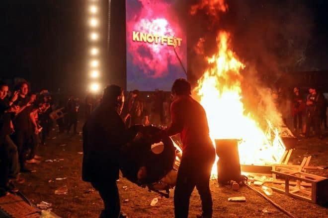 Photo of Enfurecen asistentes del Knotfest e incendiaron y destruyen todo