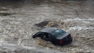 Photo of Auto vuelca y es arrastrado por la corriente en la canalización