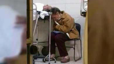 Photo of Ternura de una mujer mayor con su esposo hospitalizado conmueve