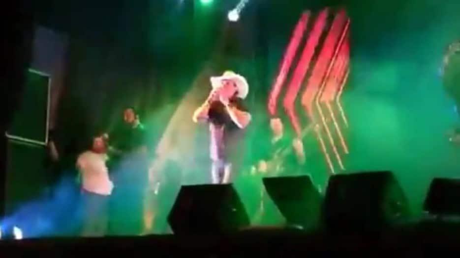 Cantante muere en pleno escenario