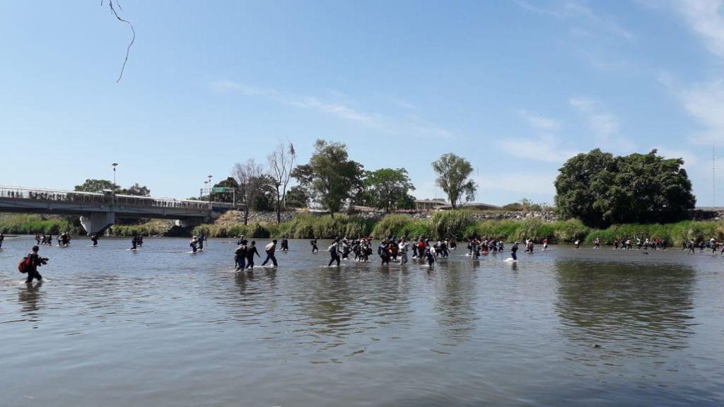 Ingresa caravana migrante a México por el río Suchiate