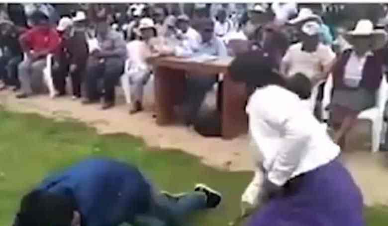 Mujer castiga a su hijo con latigazos por robar un celular